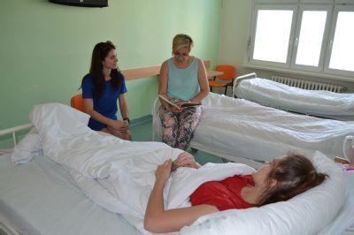 Zaměstnanci skupiny AGEL předčítali na Den dětí malým pacientům v nemocnicích v Olomouckém kraji