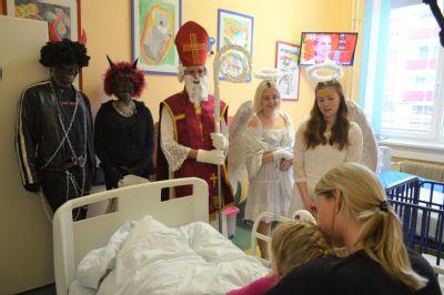 Mikuláš naděloval dětem hospitalizovaným v nemocnicích Středomoravské nemocniční